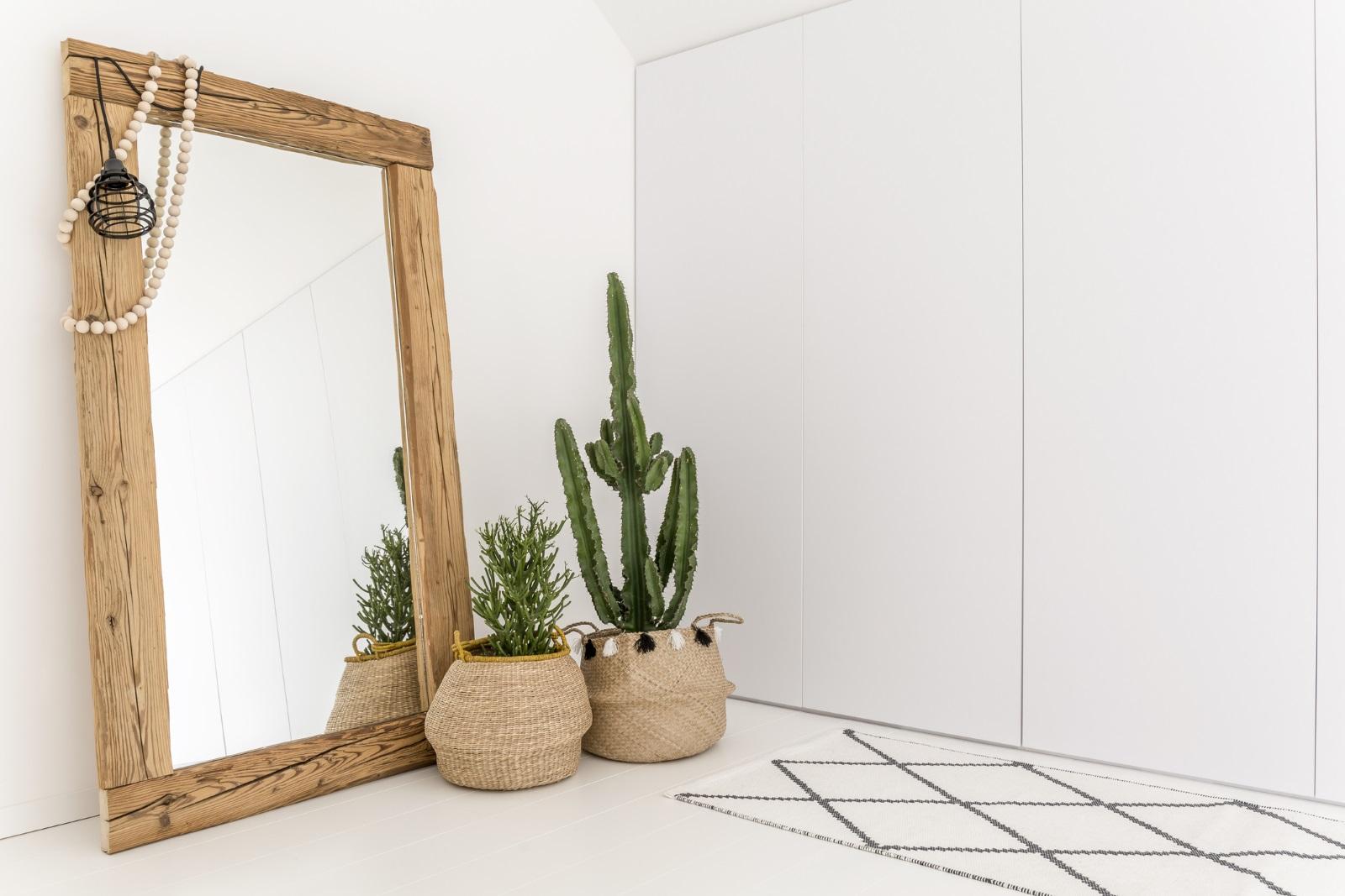 Балансът в дома се държи и от огледала и камбанки. Огледалата обаче не трябва да са поставени едно срещу друго. Също така се смята, че всяка ръчно изработена вещ е носител на позитивна енергия.