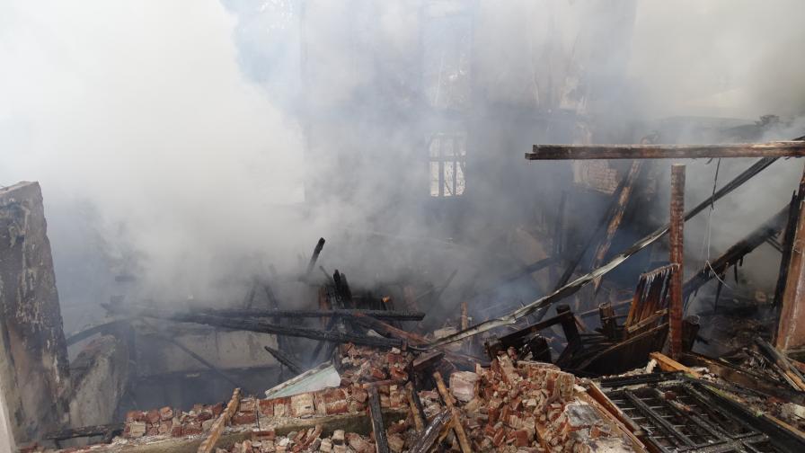 <p>Трагедия край Гърмен, <strong>пожар изпепели читалище</strong></p>