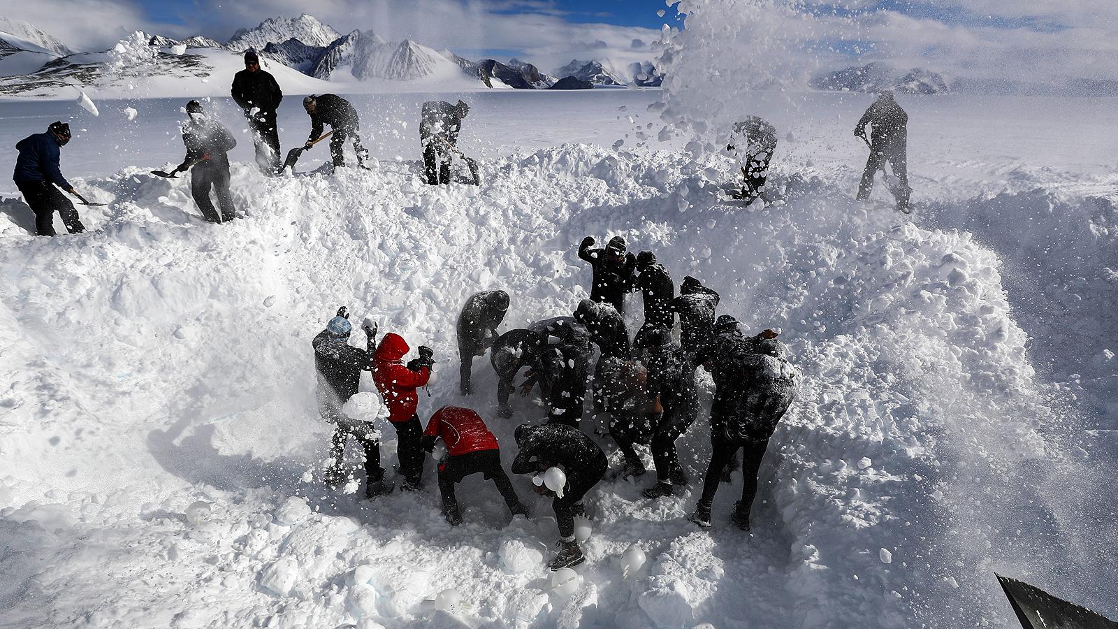 Само определен брой туристи, учени и войници могат да стъпят на този континент, голяма част от който се намира под два километра лед.