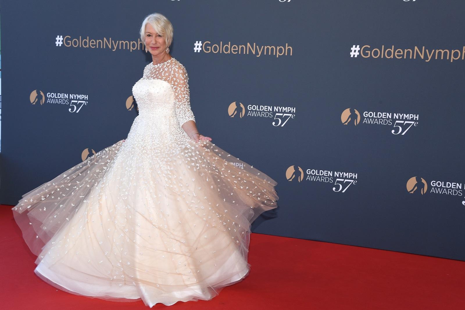 """""""Бялата кралица"""" на Холивуд Хелън Мирън всеки път изглежда зашеметяващо на червения килим. Нещо повече, в края на 2017 г. актрисата влезе в ролята на манекенка и се разходи по модния подиум в Париж."""