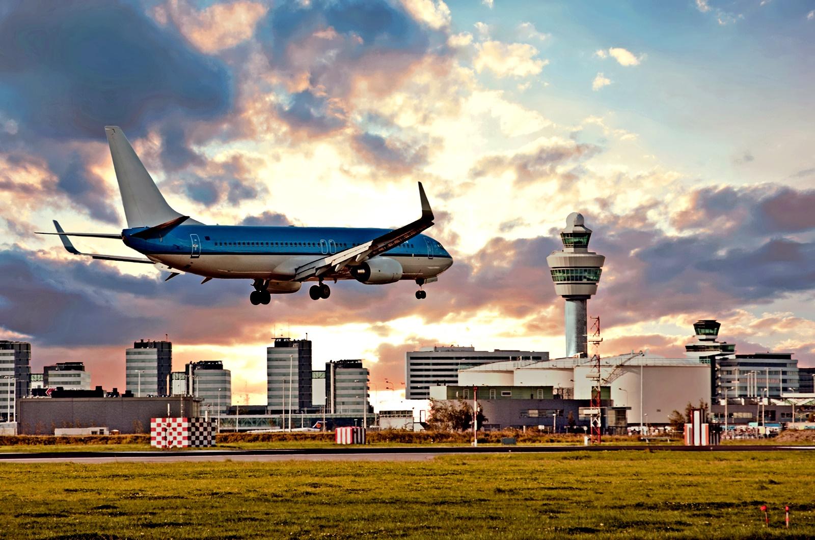Летище Схипхол, Амстердам<br /> Ако не си падате толкова по разходките сред дивата природа или карането на кънки на лед, то по-вероятно е летището в Амстердам да ви допадне. То разполага с музей на изкуствата, в който докато вървите към изхода за самолета, може да се наслаждавате на творби от най-известните холандски художници. Това прави летището първото в света, което излага на показ изкуство от XVII в.