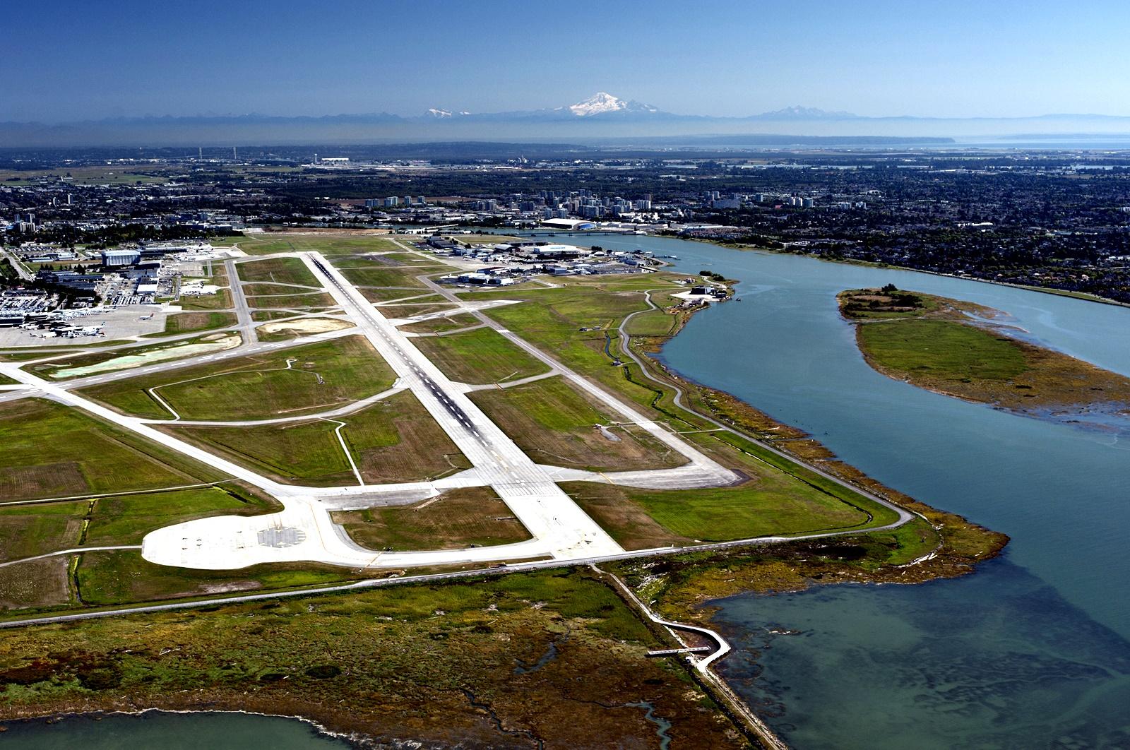 Международно летище Ванкувър<br /> Това, което отличава, летището във Ванкувър от всички останали е, че то обръща поглед не само към небето, но и към земята… или по-точно – водата. На това летище може да се насладите на огромен аквариум, в която екзотични водни видове плуват сред 20 000 красиви морски растения.