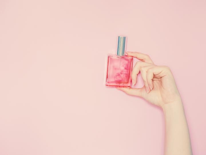 <p>Ако вашата кожа е суха, е по-добре да парфюмирате дрехите и косата си. Така ароматът ще се усеща по-дълго. Разбира се, не пръскате от много близо по дрехите, за да не повредите тъканите. Също така жените със суха кожа могат да изберат и твърди парфюми &ndash; те са в кутийки, като балсам и се нанасят като крем.</p>  <p>Чудесна опция да ухаете на любимия си парфюм, е да използвате мляко за тяло със същия аромат.</p>