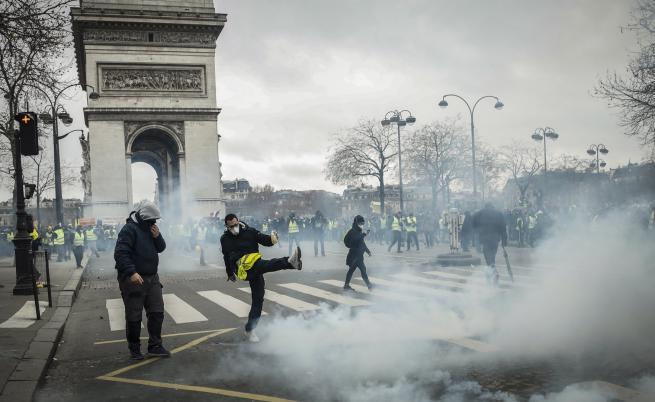 """Сълзотворен газ и арести за """"жълтите жилетки"""""""