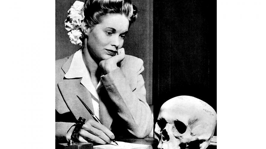 1944: Млада дама се любува на черепа на японски войник