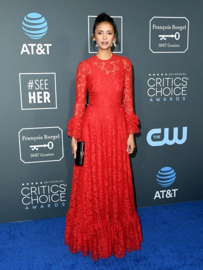 <p>Нина Добрев избра дантелена рокля&nbsp;Valentino на същото събитие.</p>