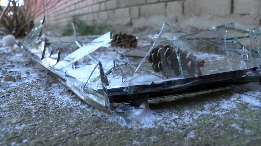 Счупените стъкла на гимназията в Сопот