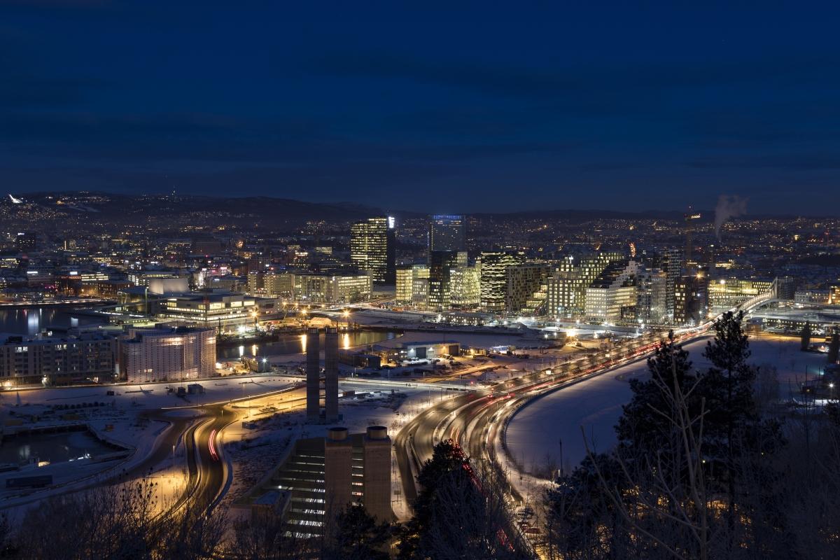 Осло, Норвегия. Там светлата част на деня през змата продължава 5 часа и 54 минути.