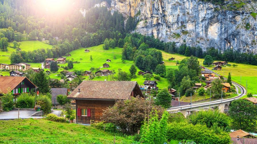 <p>Реалност или магия: едно от <strong>най-красивите</strong> швейцарски<strong> села</strong></p>