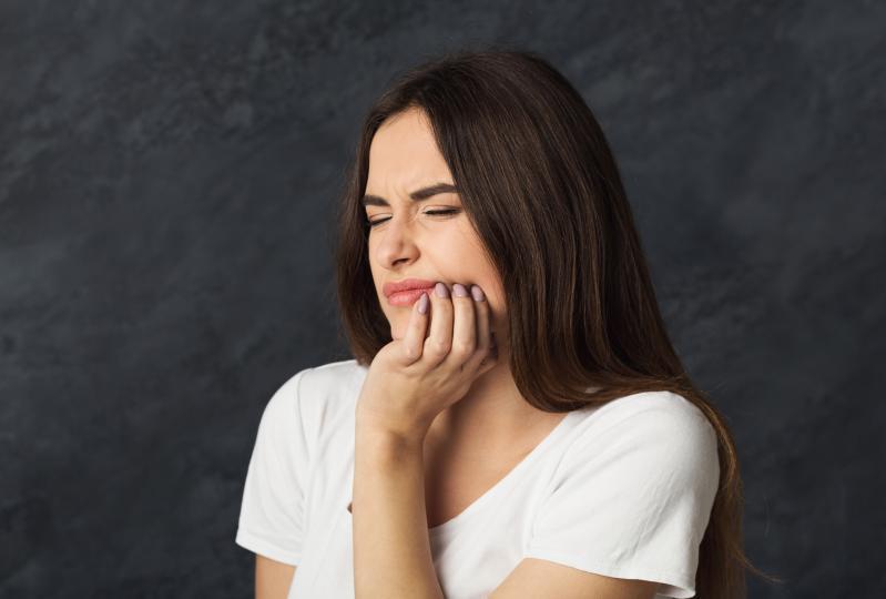<p>Ако клетките не се делят нормално или не растат, това се отразява и на състоянието на&nbsp; лигавицата на устата.&nbsp; Възможно е да се наблюдава и <strong>повишено кървене на венците, ниска здравината на зъбите, като те стават по-чупливи и податливи на кариеси</strong>.</p>