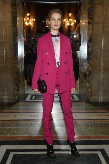 <p>Моделът Наталия Водянова посети Седмицата на модата в Париж, облечена с яркорозов костюм.</p>