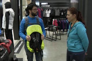 Петър Делев в образа на Манол се сблъсква с реалната ситуация в магазините на компанията