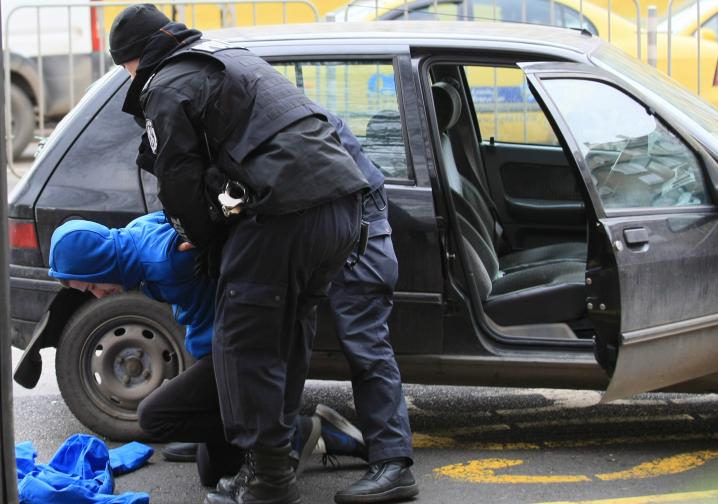 Трима мъже бяха задържани за кражби на коли.