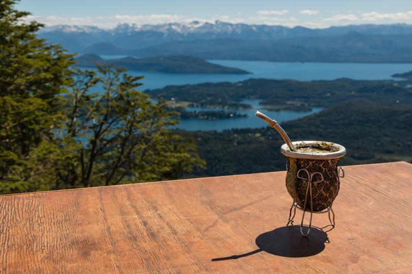 <p>Статистиката на Аржентина се дължи около 60% от световното производство на мате. Аржентинците пият мате като местен заместител на кафето и чая. За емигрантите от Южна и Централна Европа пиенето на напитката е начин да почувстват Аржентина като свой дом. Да си изградиш вкус за горчивата напитка е означавало да се превърнеш от имигрант в аржентинец.</p>