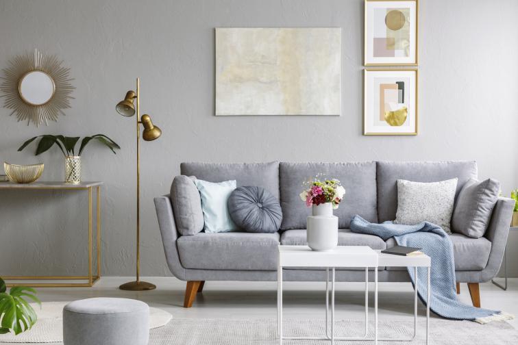 Добавете декоративни елементи в златни оттенъци или от месинг - рамки, вази, настолни лампи.