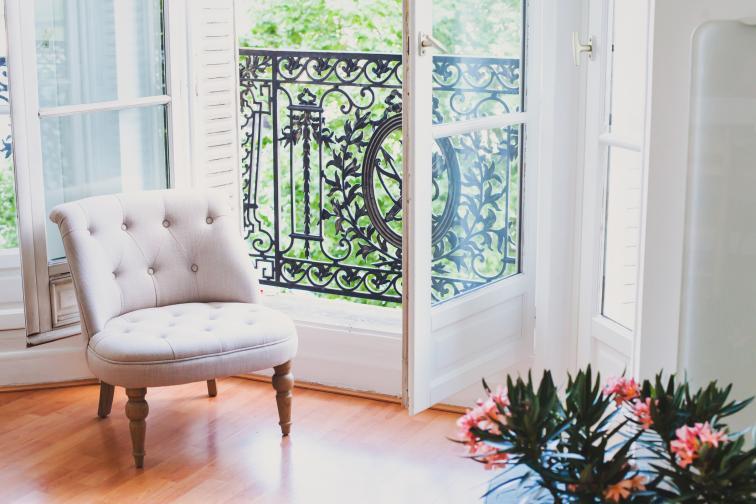 Инвестирайте в красиво кресло. Другият вариант е, ако имате стар фотьойл, да го претапицирате, да му смените крачетата. Французите обичат да реставрират различни неща.