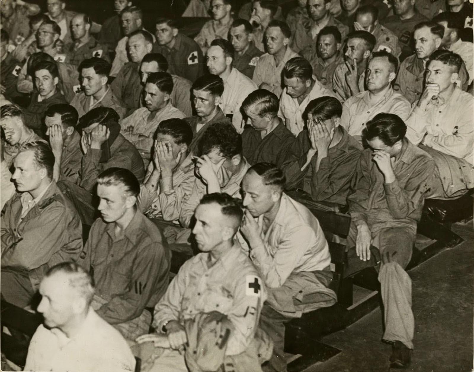 """""""Немски военнопленници в САЩ гледат репортаж от концентрационните лагери"""", това гласи оригиналното заглавие на една от снимките. Прочетете повече в статията """"<a href=""""https://www.vesti.bg/lyubopitno/lyubopitno/germanski-voenni-reagirat-na-uzhasni-snimki-ot-konclageri-6064755"""">Германски военни реагират на снимки от концентрационни лагери</a>""""."""