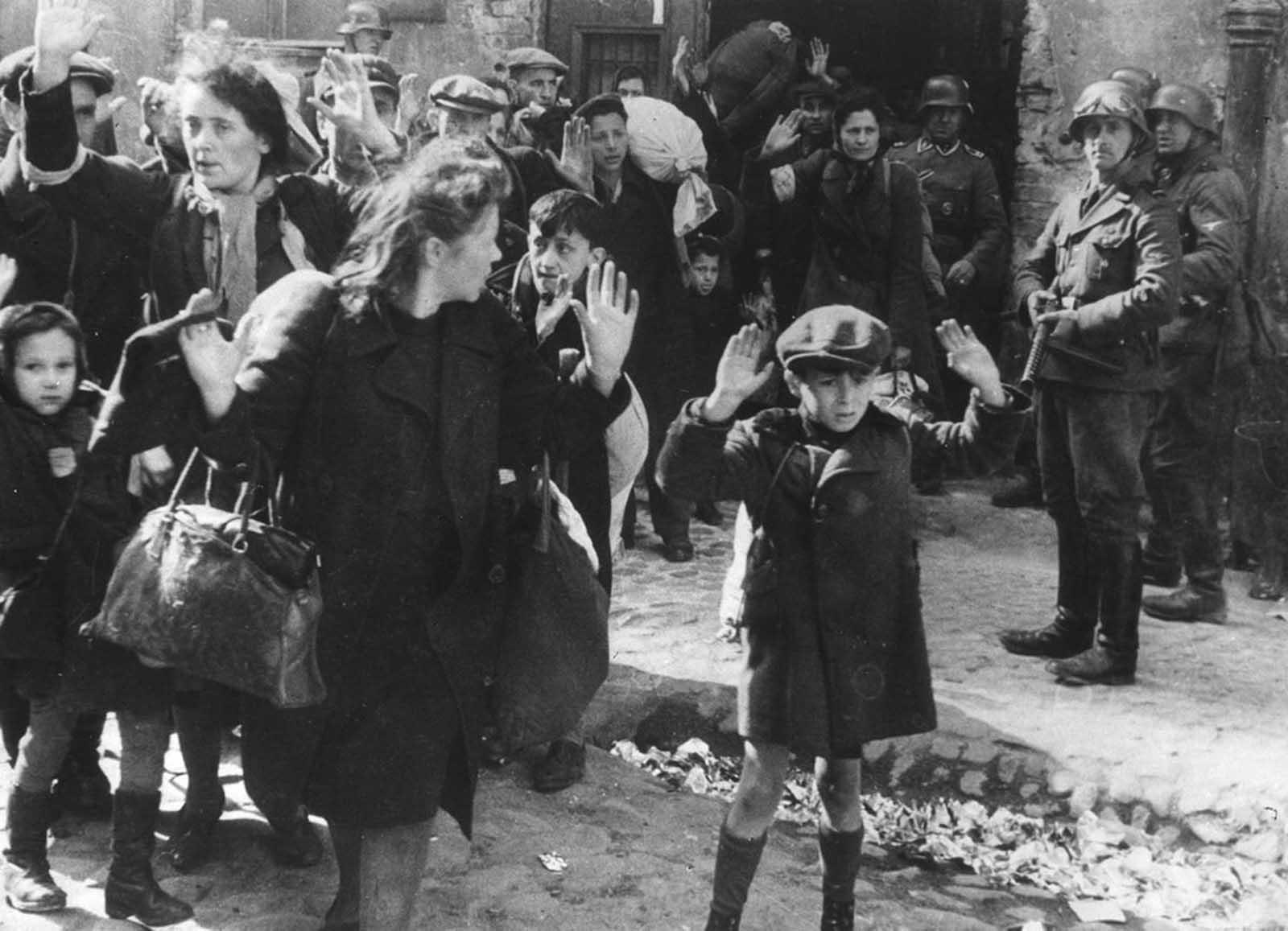"""<div>19 април 1943 г.: Група евреи, сред които и малко момче, са отведени от Варшавското гето от германски военни.</div>  <div><a href=""""https://www.vesti.bg/lyubopitno/istoriata-pomni/vizhte-edno-ot-naj-golemite-prestypleniia-na-nacistite-6065961"""">Разберете повече за Живота във Варшавското гето по време на Втората световна война</a></div>"""