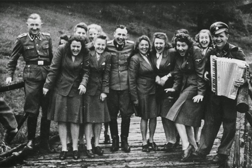 """<div>Между май и декември 1944 г. са заснети редица снимки на офицери и пазачи от """"Аушвиц"""". На тях служителите си почиват и се забавляват в свободното си време, докато наблизо хора страдат и губят животите си в лагера на смъртта.</div>  <div>Вижте цялата история в <a href=""""https://www.vesti.bg/lyubopitno/istoriata-pomni/1944-smiah-v-aushvic-kak-se-zabavliavat-v-lagera-6074007"""">""""1944: Смях в """"Аушвиц"""" - как се забавляват офицерите в лагера""""</a></div>"""