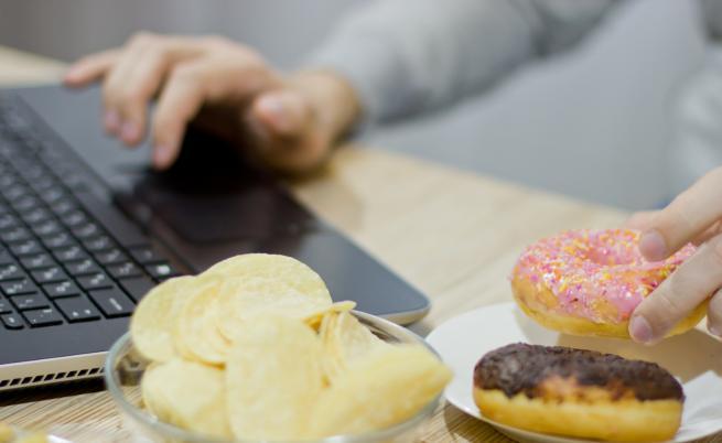 Учени: Защо някои хора не дебелеят от вредните храни