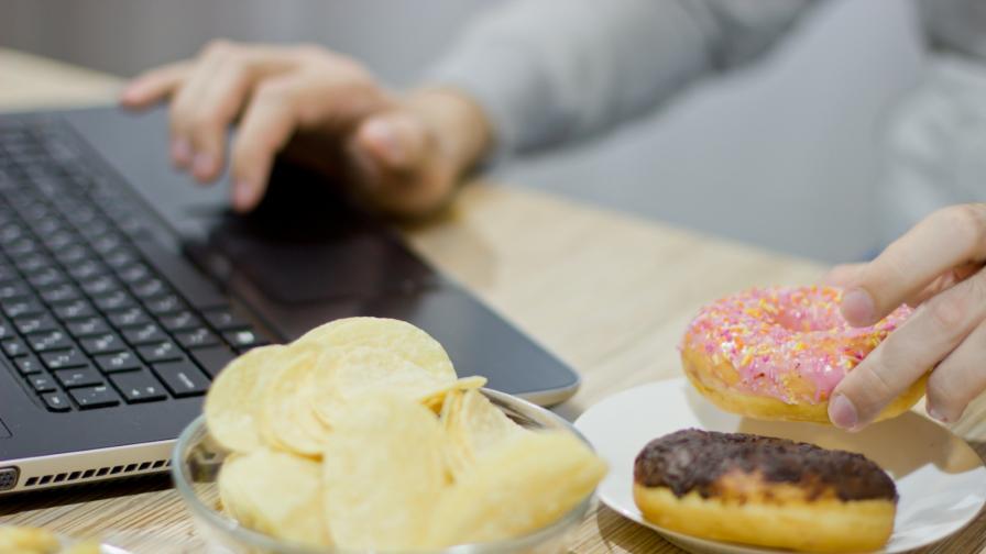 <p>Учени: Защо някои хора <strong>не дебелеят</strong> от вредните храни</p>