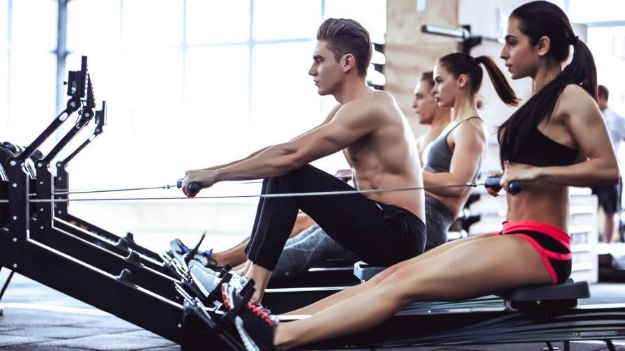 През 20-те години<br /> <br /> Хората сме в абсолютния ни физически връх в средата на 20-те ни години, с най-бързото време за реакция и най-високата максимална скорост, с която тялото ни може да изпомпва кислород до мускулите. Тези показатели започват да намаляват с всяка следваща година. Добрата новина е, че редовната физическа активност може да забави този спад. Изграждането на чистата мускулна маса и костната плътност на тази възраст ви помага да ги запазите в по-късните години. Разнообразявайте тренировките си и ги направете забавни. Опитайте ръгби, гребане или кратки, но много интензивни и строги серии от упражнения.