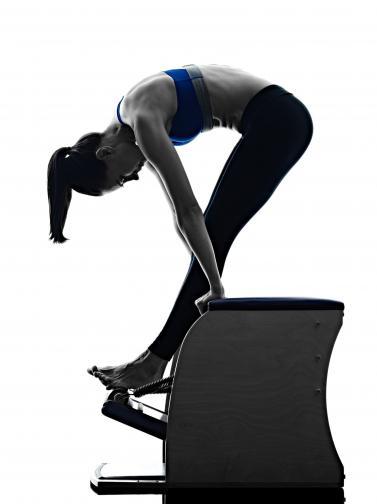 През 40-те години<br /> <br /> Повечето хора наддават тегло през 40-те си години. Консултирайте се с инструктор във вашия фитнес и изгответе програма за тренировка, която да попречи за наддаването на теглото или такава за намаляването му. Започнете да тичате, ако вече не го правите. Пилатес пък може да е подходящото средство срещу болките в гърба, които често се появяват в тази възраст.
