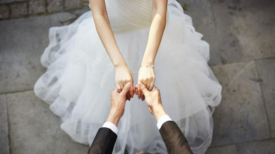 <p>Младоженци се <strong>разведоха 3 минути след сватбата</strong></p>