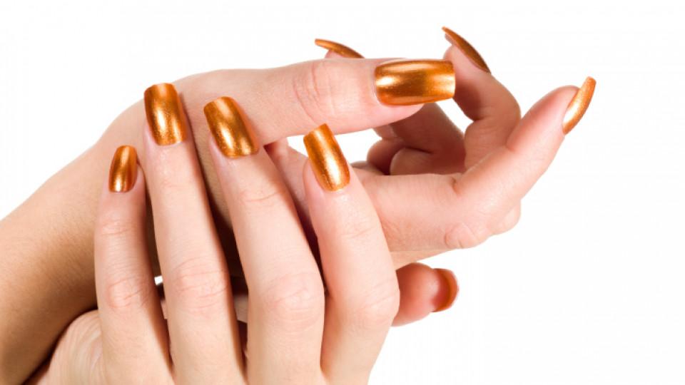 Нокти в златно