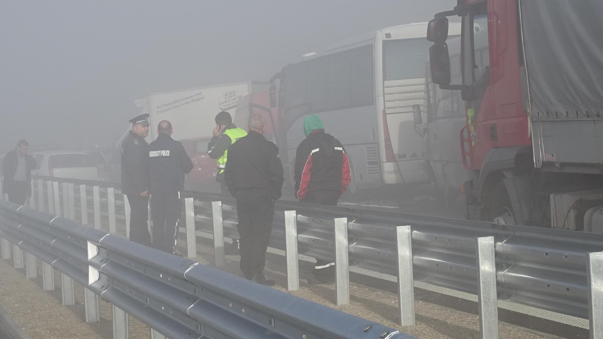 """Един загинал и 14 ранени е печалната равносметка от верижната катастрофа, станала в гъста мъгла при 150-ти километър на АМ """"Струма"""" край Сандански."""