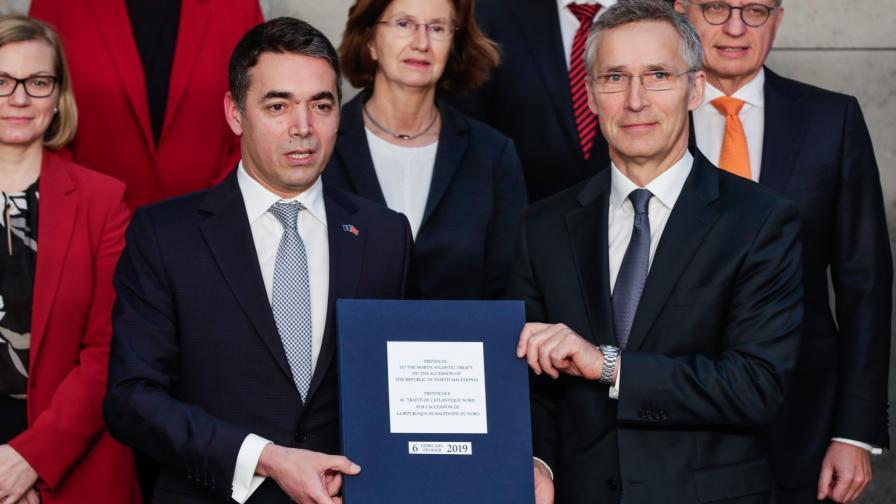 Никола Димитров и Йенс Столтенберг подписаха протокола за присъединяване на Македония към НАТО