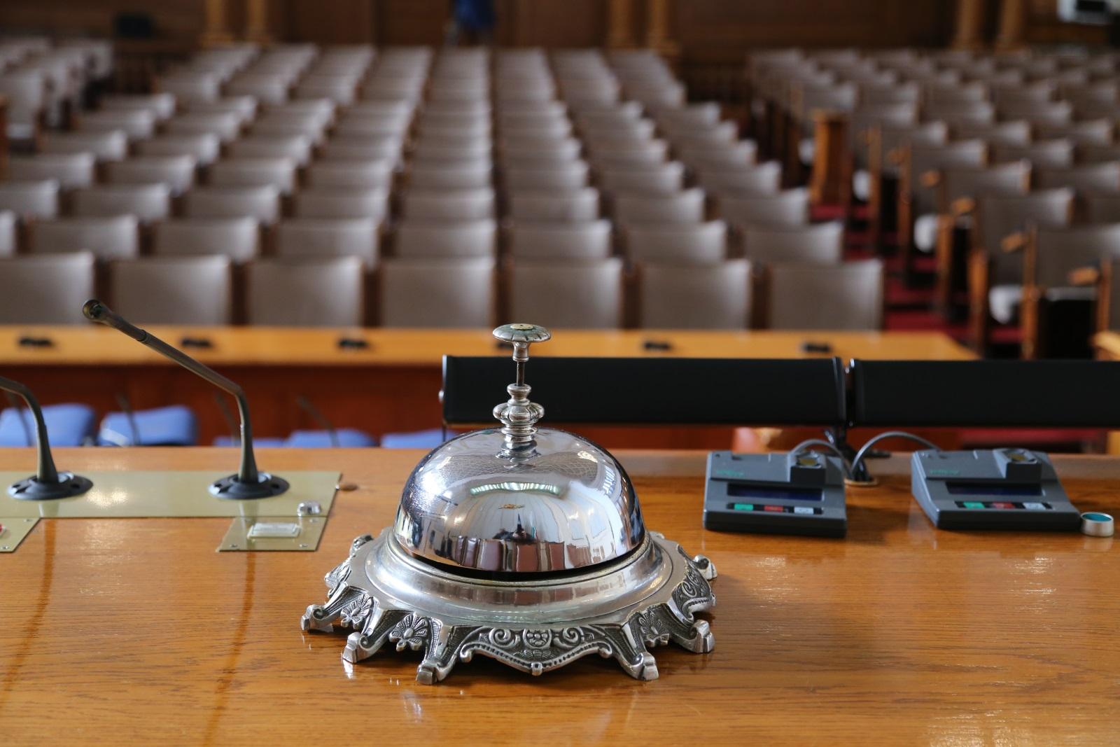 Народно събрание отвари врати за граждани по повод 140 години от първото заседание на Учредителното събрание. Денят на отворени врати е част от инициативите за отбелязване на годишнината от Учредителното събрание и приемането на Търновската конституция. Председателят на парламента Цвета Караянчева посрещна първите посетители.