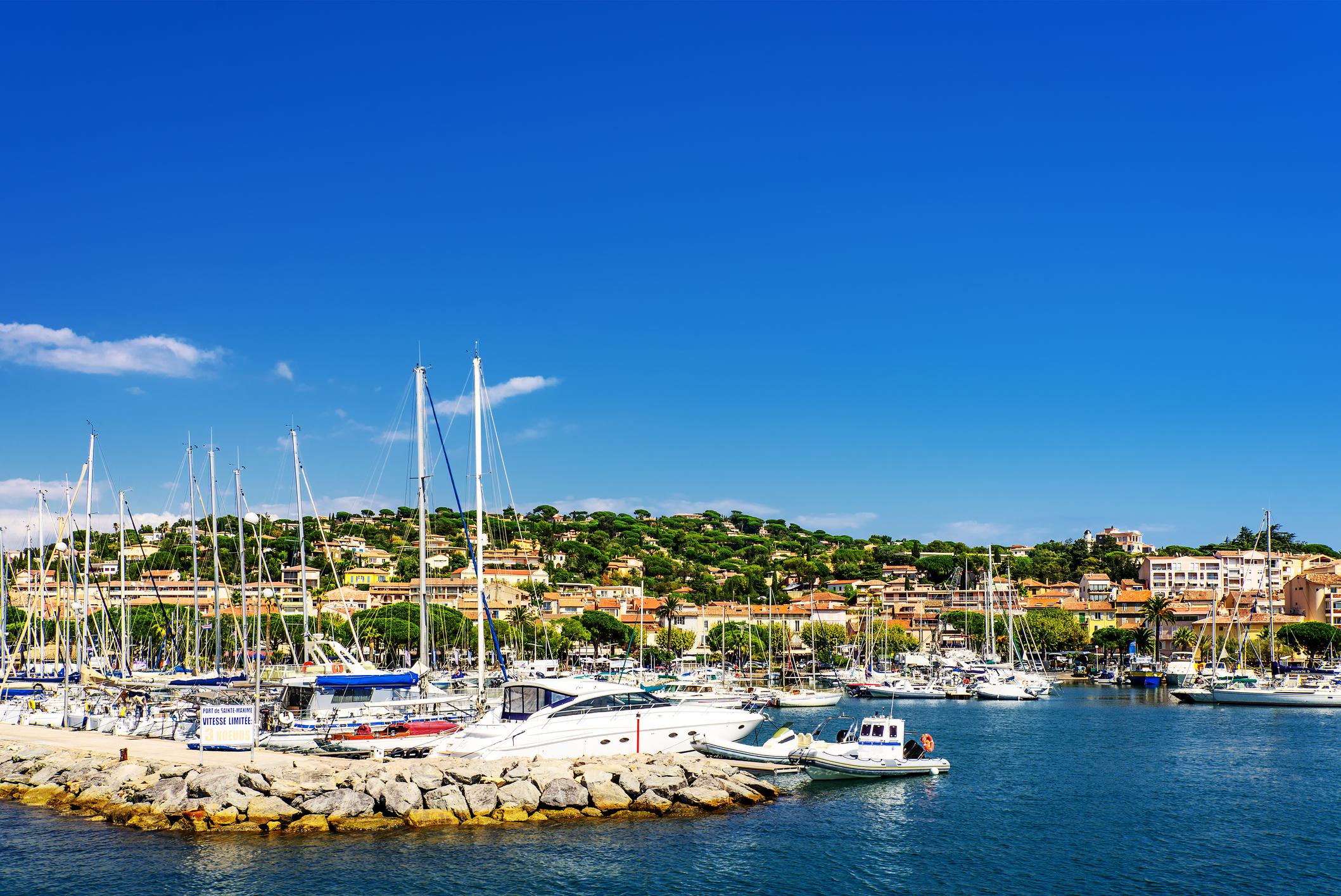 Челната десятка се завършва с френския курорт, разположен на Лазурния бряг, Сен Максим.
