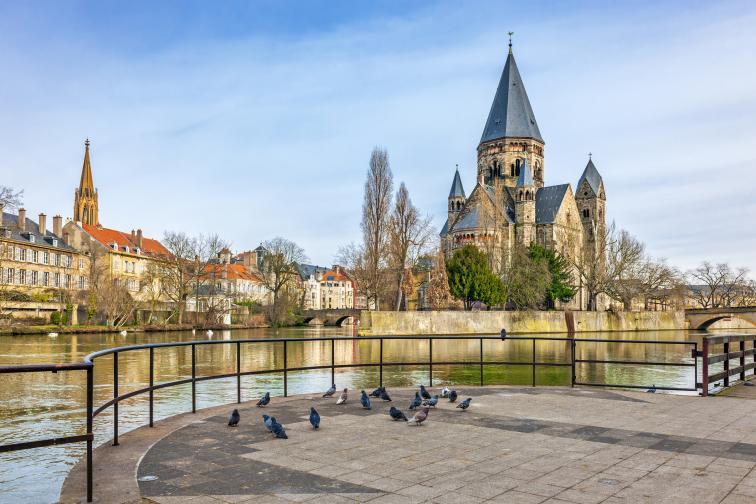 Френският град Мец е популярен още през Средновековието, най-вече заради наситеното си еврейско население. Днес градът е известен със спортните си клубове по хандбал и футбол.