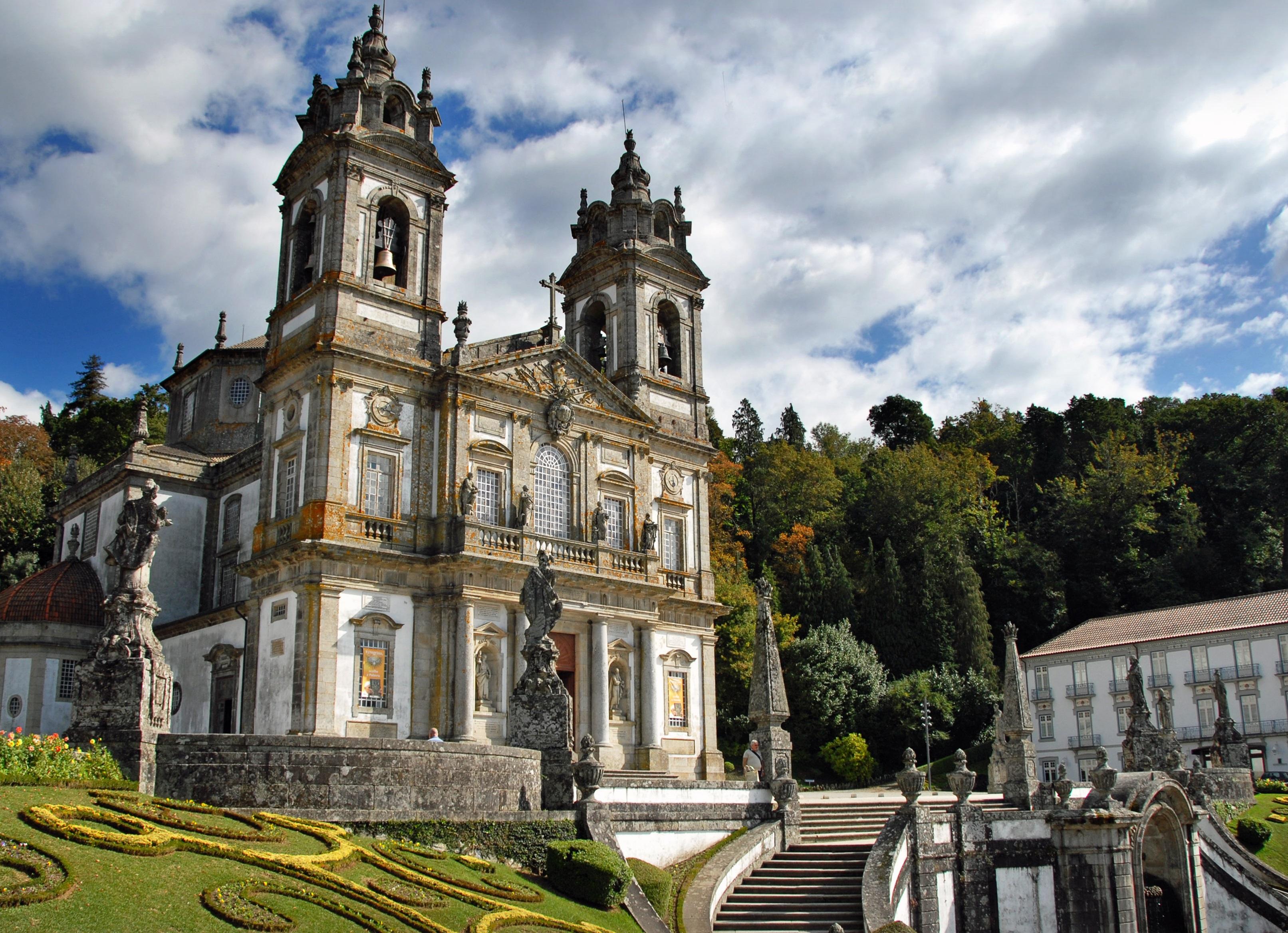 Португалският град Брага се нарежда на второ място в престижната класация. Районът на Брага е едно от най-старите населени места в Европа. В португалския град ще можете да се докоснете до историята на първите жители на континента и ще видите много католически катедрали.