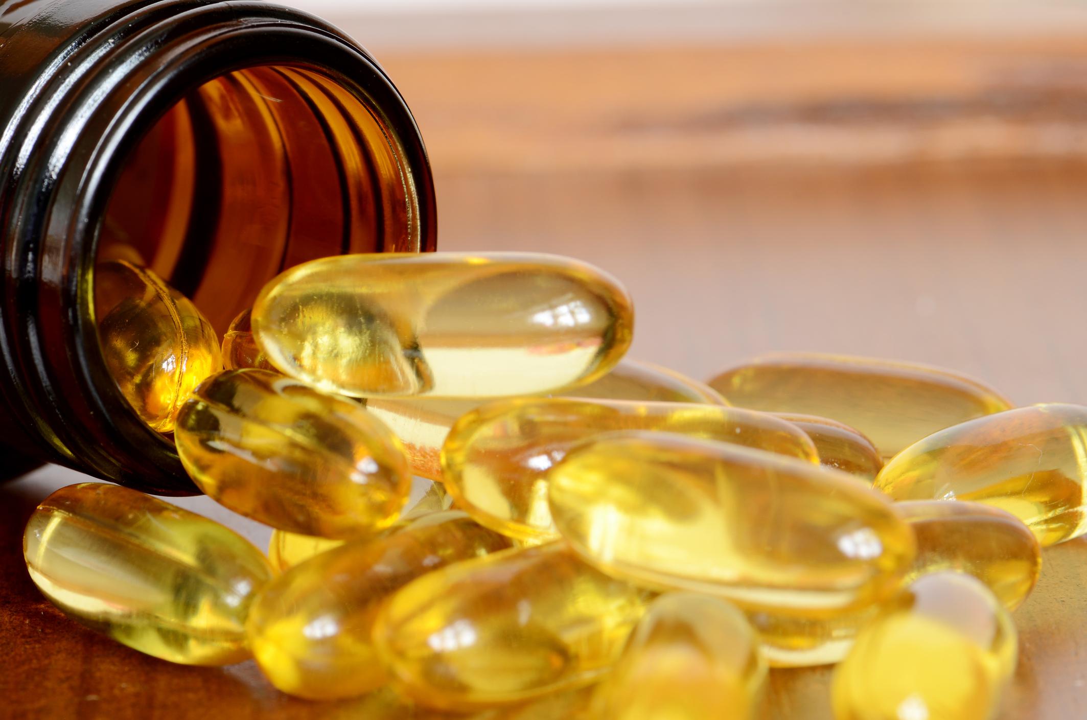 Витамин Е е силен антиоксидант и предпазва тялото от увреждане заради слънчевите лъчи. Храните, в които се съдържа, са яйцата, ядките, доматите, някои видове риби.