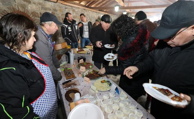 Българското село, в което слагат ракия в кървавицата и правят родопско суши