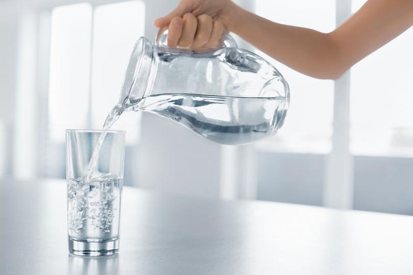 <p>Топлата вода (35-40 градуса) по-добре ускорява процесите на прочистване на организма и стимулира обмяната на веществата.</p>