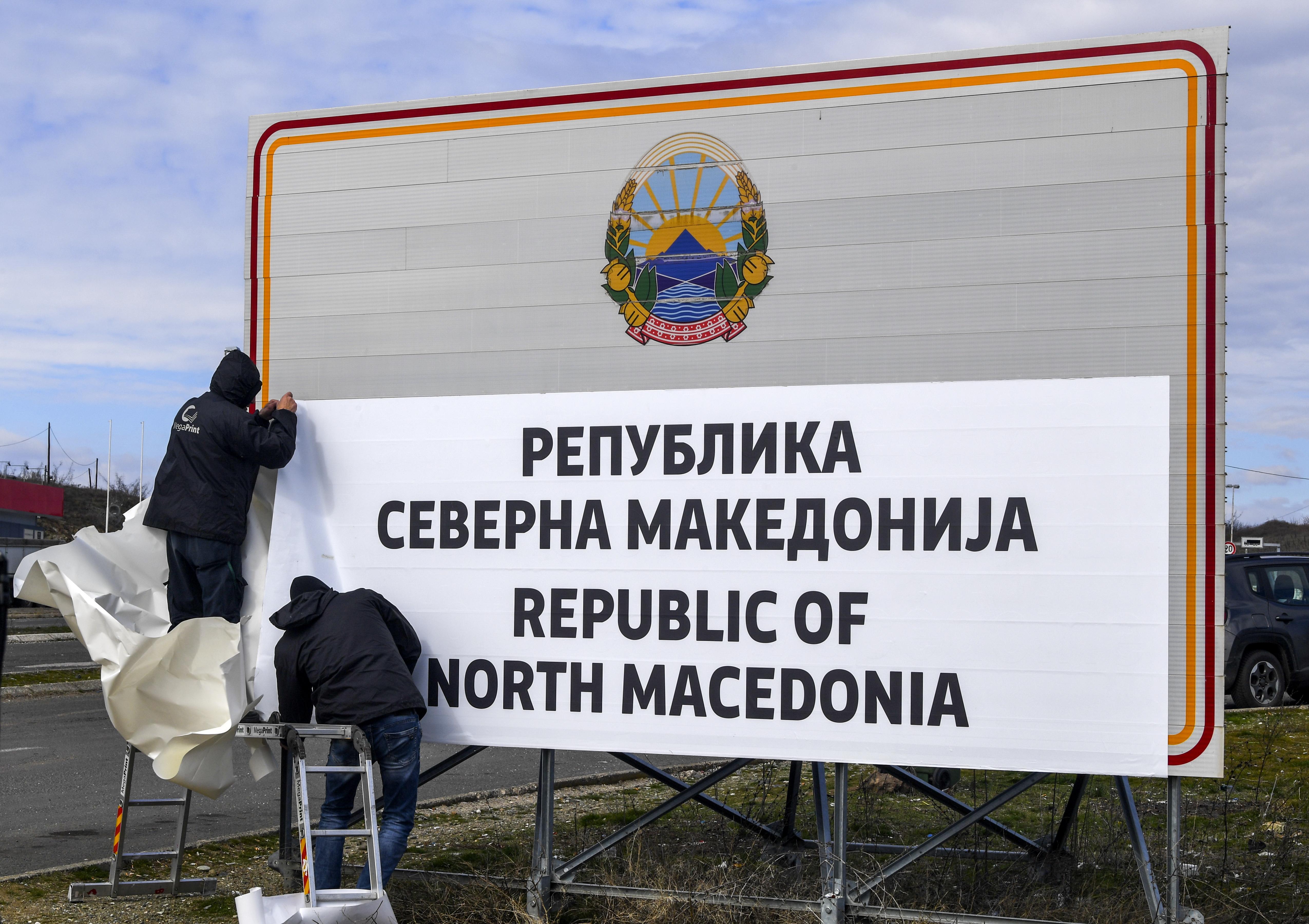 """Министерството на вътрешните работи трябва да започне издаването на нови регистрационни номера в рамките на четири месеца. Междувременно от министерството ще слагат стикери """"NMK """" на регистрационните номера на превозните средства."""