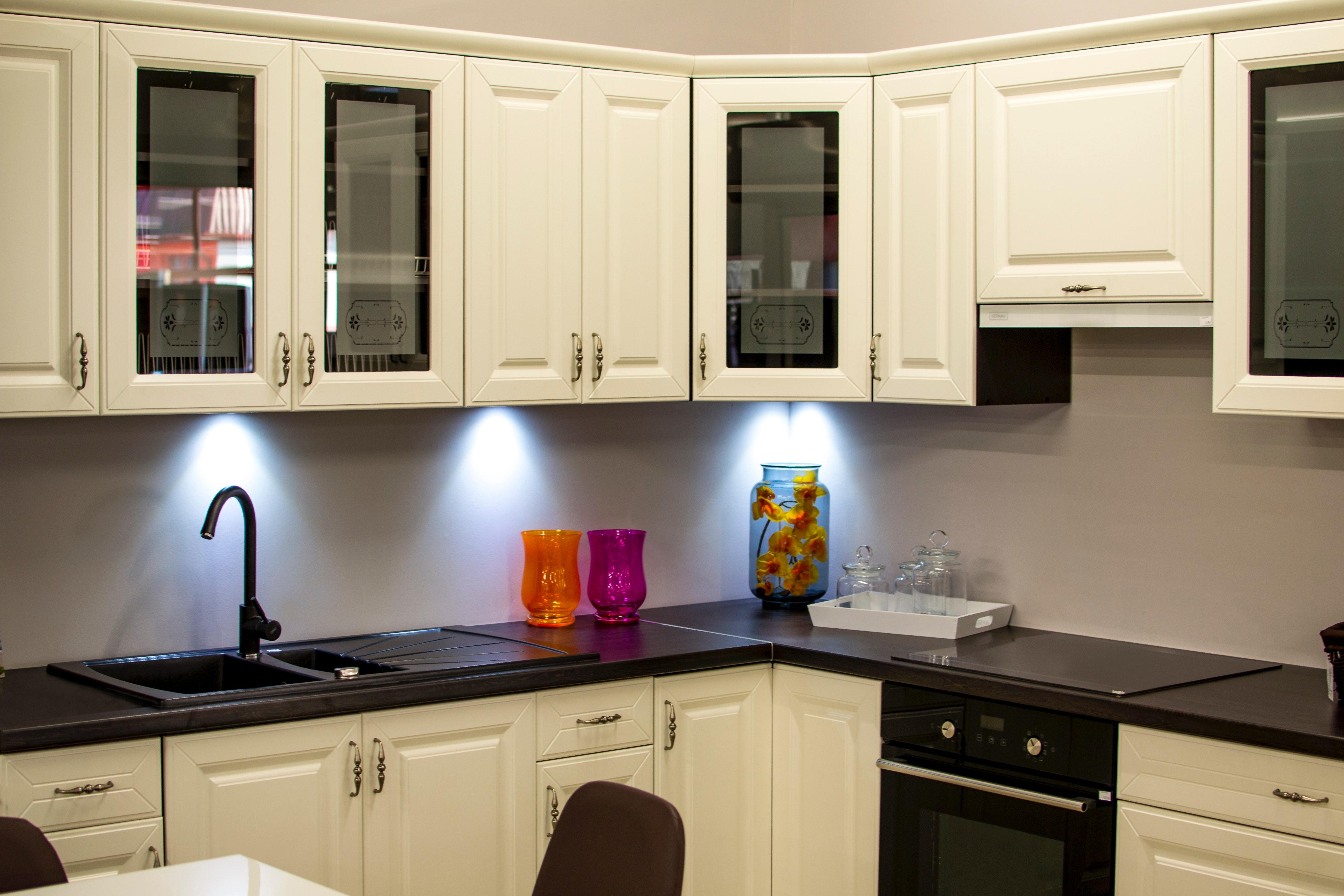 Самите вратички на шкафовете може да почистете от мазнината с препарат и пребоядисайте в светъл цвят. Бялото е универсално, но само ако може да боядисвате дадения вид материал.