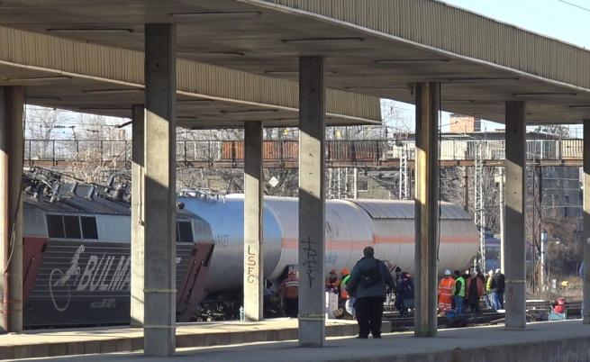 Товарен влак с гориво дерайлира край Пловдив