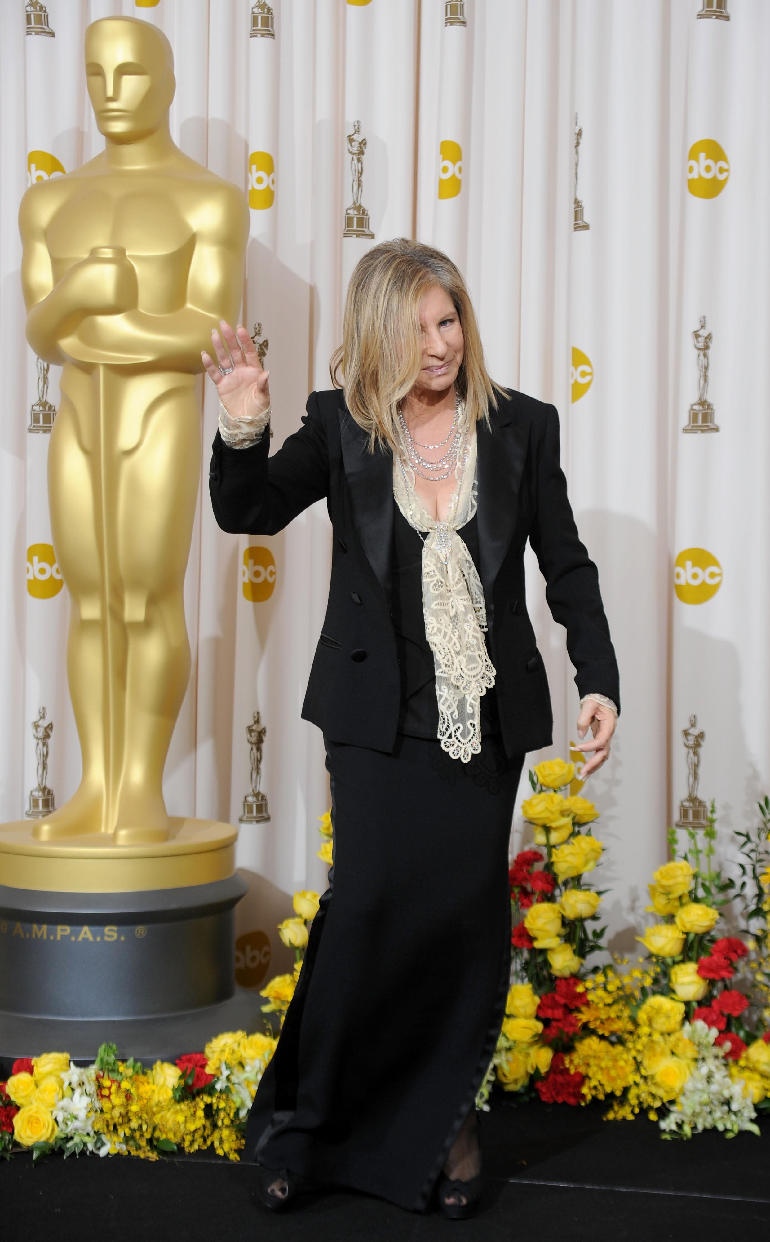"""Барбара Стрейзънд печели """"Оскар""""за """"Най-добра актриса"""" и за """"Най-оригинална песен""""."""
