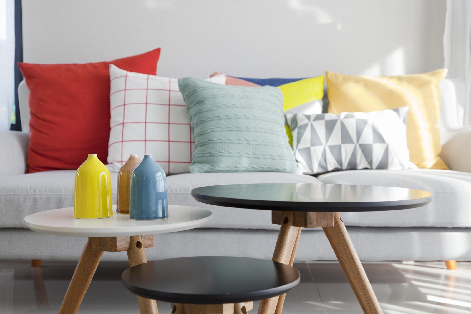 Броят на възглавниците на дивана: Според специалистите колкото повече са те, толкова по уютно изглежда помещението, както и самото място за сядане. Само две възглавници са твърде недостатъчни.