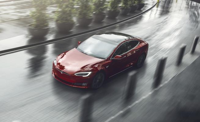 """Tesla се разчувства, """"пали"""" камината и пуска Марвин Гей"""