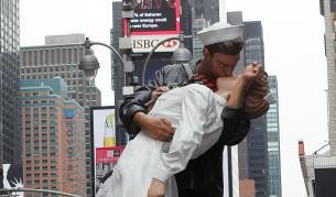 "<p>Почина <strong>морякът</strong> от емблематичната <strong>целувка на ""Таймс Скуеър""</strong></p>"