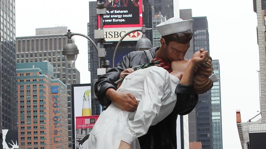 Почина морякът от емблематичната целувка на