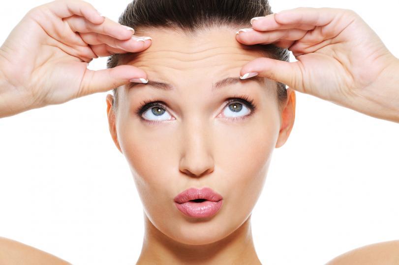 <p>Ако тялото страда от дефицит на колаген, това ще се отразява върху твърдостта на кожата, нейната еластичност и появата на бръчки.</p>