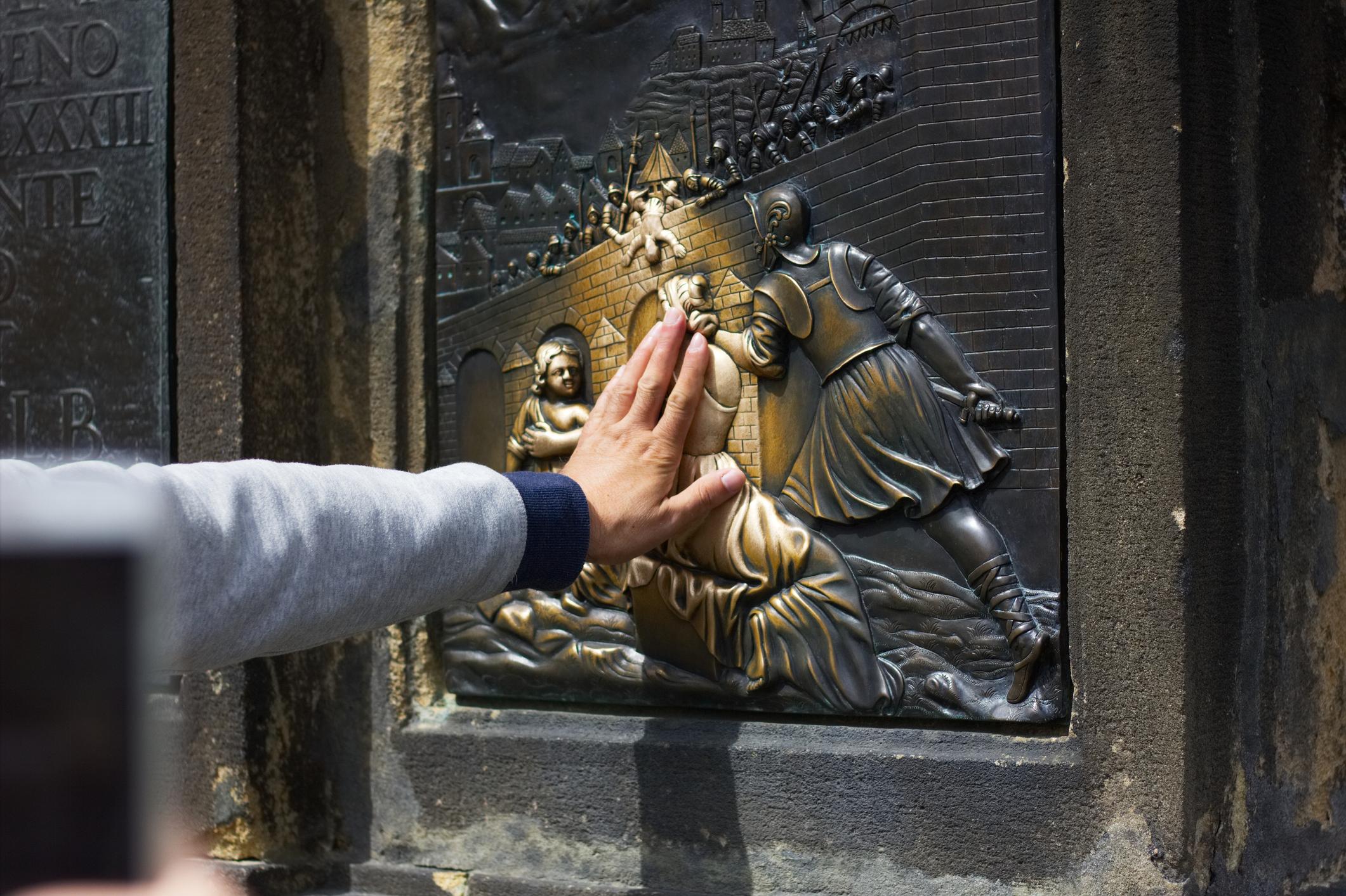 Карловият мост, Прага. Вярва се, че ако докоснетескулптурата на Йоан Напомук, едно ваше желание ще се сбъдне.