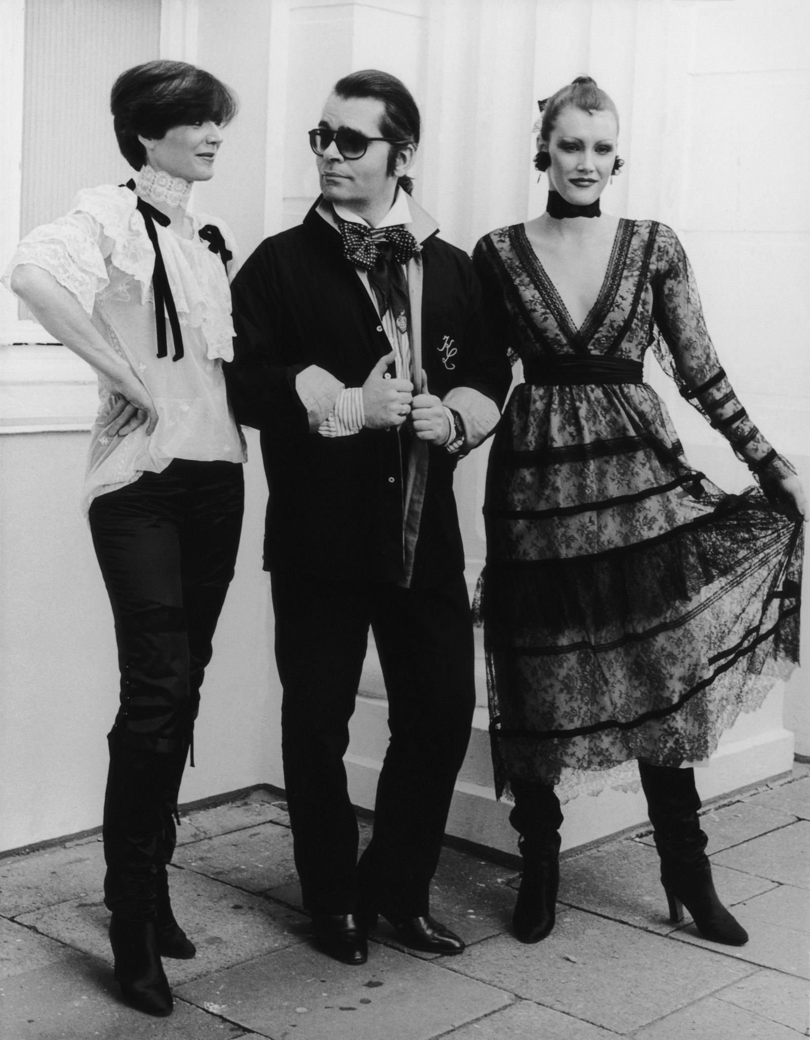 """Творческият директор на """"Шанел""""бе една от най-известнитефигури в модната индустрияи работи практически до смъртта си.Лагерфелд създавашеколекции и за собствената си марка, и модната къща """"Фенди""""."""