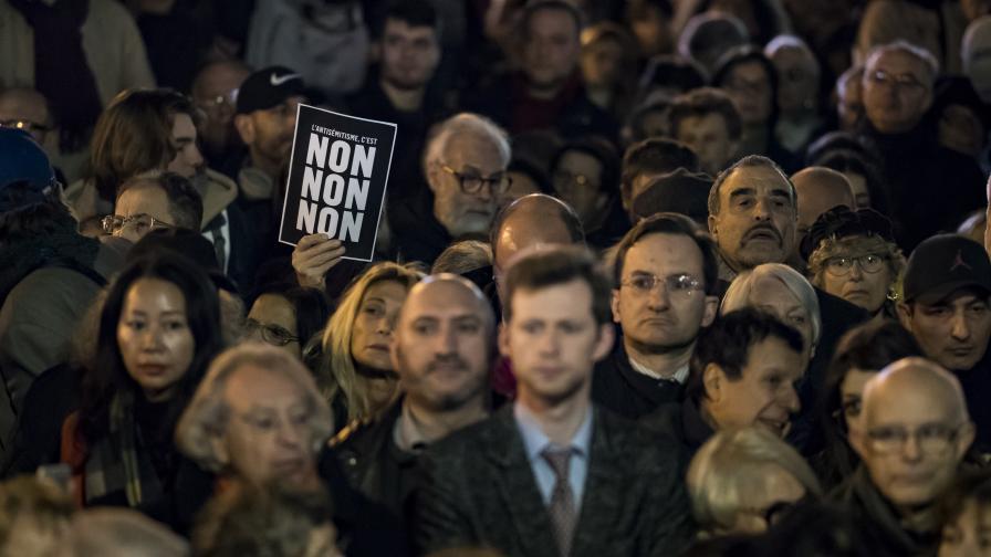 Хиляди - граждани и политици - на протест...